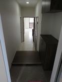 101号室 玄関からステップで3段下がる作りになっています。