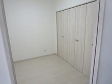 102号室 洋室には2700mmのクローゼットがついています。 奥行きが広いので布団の収納もOKです。