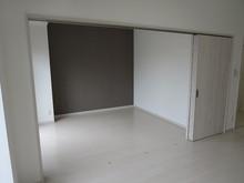 102号室 奥の壁はポイントのダークな壁紙をチョイスしました。