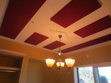 天井には当社オリジナルの吸音パネルを取り付けます。長時間の練習でも疲れにくい空間に仕上げています。