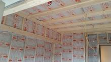 浮き壁・浮き天井の下地を組み、断熱材をぎっしりと詰めていきます。