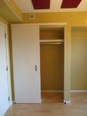 ボードを張って木工事が完了しました。 隣室の収納も利用して、クローゼットも造作しました。