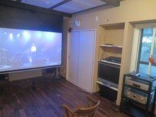 100インチのスクリーンです。 元が和室とは思えないほどガラリと印象がかわりました。