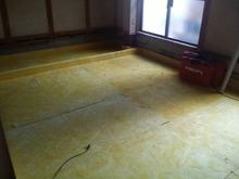 床の基礎工事です。浮き床をつくっています。