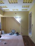床張りと吸音天井の造作中です。 床材は無垢のウォールナット材です。