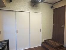 廊下から約30cmの段差があるので、ドア前にはスッテプを設けています。