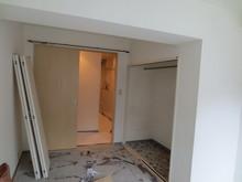 現状の出入り口は引き戸ですが、こちらは撤去して防音ドアを取り付けます。