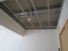 天井解体の様子です。梁形が天井裏に隠れていることもありますが、下地の組み方を再考し、施工していきます。