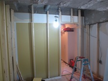 浮き床の上に遮音壁の柱を建てていきます。