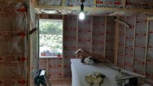 防音室の2重構造をつくっていきます。 断熱材をぎっしり詰めていきます。