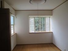 改修前のお部屋です。 写真正面の出窓は活かし、左側の上げ下げ窓は塞いで壁にします。