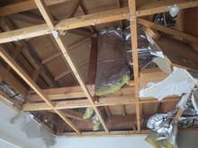 天井解体の様子です。解体後、第1天井の下地を組み直して、躯体の遮音補強を行います。