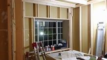 壁と天井の下地組をしています。 躯体に触れないように柱を建てています。