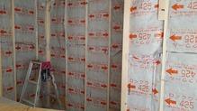 躯体壁と防音室となるお部屋の壁の間の空気層には断熱材をぎっしりと詰めていきます。