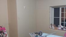 防音室側の壁のボードを張っています。 防音室の特徴である2重構造ができあがりました。