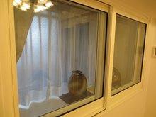 既設の腰窓は出窓になっていたので、樹脂サッシとの間もショーケースのように使えてとてもお洒落です。