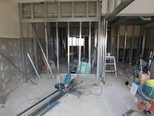 解体工事後です。新しい柱をたてて間仕切りづくり開始です。