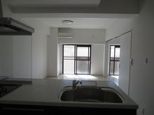 完成です。白を基調にしてあるのでお部屋が広く感じます。リビング横の洋室は3連引き戸で開放的な空間を作り上げることも可能です。