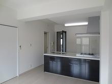 キッチンや建具はブラウンを使い、お部屋のアクセントとして・・・
