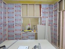 コントロール室の遮音補強中です。 壁と壁の空気層には断熱材をぎっしり詰めていきます。