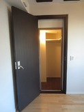 ウォークインクローゼットはドアのみ防音ドアに取り換え、そのまま使用できるように計画しました。