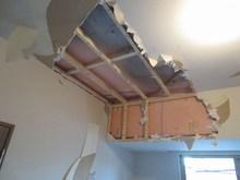 解体作業です。新築なので心苦しいですが、遮音性能と天井高確保のため取り壊します。 今回は天井裏のスペースが約8cmありました。