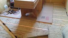 浮き床をつくっています。躯体に触れない宙に浮いたお部屋をつくり上げていきます。 それが防音室の特徴です。