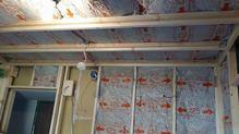躯体壁と防音室側の壁の間の空気層にはぎっしりと断熱材を詰めていきます。