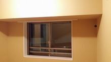 遮音壁が完成しました。既設腰窓の内側に2重の樹脂サッシがはいり、3重の窓になります。 遮音性能を高めるため当社では基本ドア・サッシを2重設置計画します。