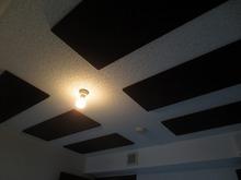 天井は当社オリジナルの吸音天井を取り付け、長時間の練習にも疲れにくいお客様好みの音響空間に仕上げています。
