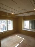 出窓も白色のカウンターで和室から洋室へ印象が変わりました。飾り棚としてもベンチとしても使えそうです。