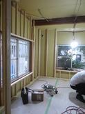 躯体側遮音壁が出来上がり、新しい柱を躯体に触れないように立てていきます。 防音室側の遮音壁をつくっていきます。