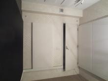 壁にも当社オリジナルの吸音パネルを設置し、音の反響を調節します。