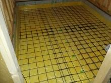 浮き床コンクリートの下地造りです 断熱材を敷き詰めワイヤーメッシュでコンクリートのひび割れ防止を行います。