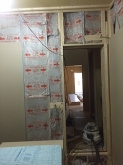 躯体壁に触れないように防音室側の壁と天井をつくっていきます。