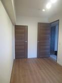 既設開き戸は撤去し、2重の木製防音ドアがはいります。押入れは取り壊し、防音工事を施し収納棚を設けます。