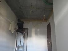天井高を確保するため天井も解体します。