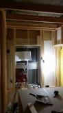防音室側の柱を建てていきます。