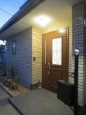 玄関のドアやポストも新しくなり、ちょっとした花壇のようなスペースもつくりました。
