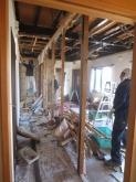 解体作業中です。図面通りに鉄骨の柱がはいっていて、ひとまず安心しました。
