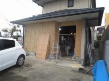 外壁は吹付塗装と玄関周りをタイル張りで仕上げます。