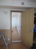 防音室の木製防音ドアは防音室側をライトオーカーで廊下側をネオホワイトで他のお部屋の建具と合わせました。異なる色で雰囲気を変えるお客様が増えています。