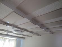 吸音天井です。 音の反響を調節し、長時間の演奏でも疲れにくい空間に仕上げています。