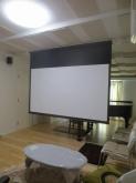 100インチのスクリーンです。 ホームシアターも楽しめるホールに仕上がりました。