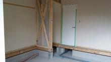 床の解体後です。天井高をできる限り確保するためと浮き床コンクリートをつくるために既設の床を解体します。