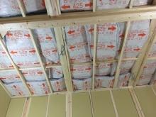 躯体の遮音補強です。 天井にぎっしり断熱材を詰めています。 防音室の部分は平屋になっています。