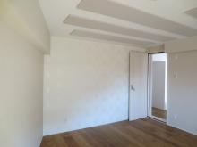 クロス施工後です。 白を基調にしているので広いお部屋がますます広く感じます。