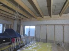既設の腰窓は生かして明るいお部屋に仕上げます。まずは躯体壁を作っていきます。