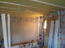 躯体壁の内側に防音室の壁を作っていきます。