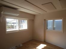 樹脂サッシの腰窓で陽の光もよく入ります。